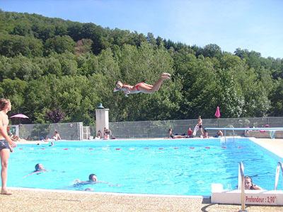 Camping cantal village vacances de lanau la piscine for Village vacances piscine